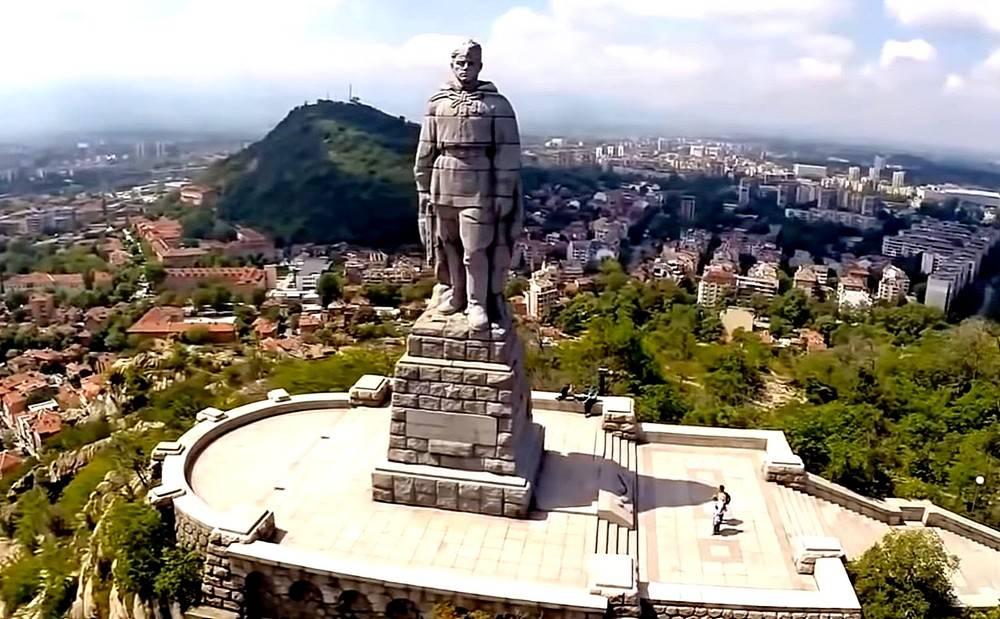 Стоит над горою Алеша — в Болгарии русский солдат. Исп. Алла Иошпе и Стахан Рахимов