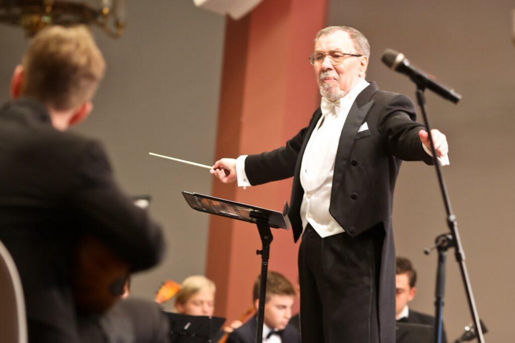 27 июля 2021 года на 76-м году жизни ушел от нас талантливый музыкант, педагог, дирижер и бессменный руководитель оркестра «Славяне» Виктор Петрович Жиляев.
